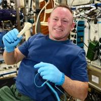 El astronauta Barry Wilmore con la llave inglesa que fue fabricada en el espacio.